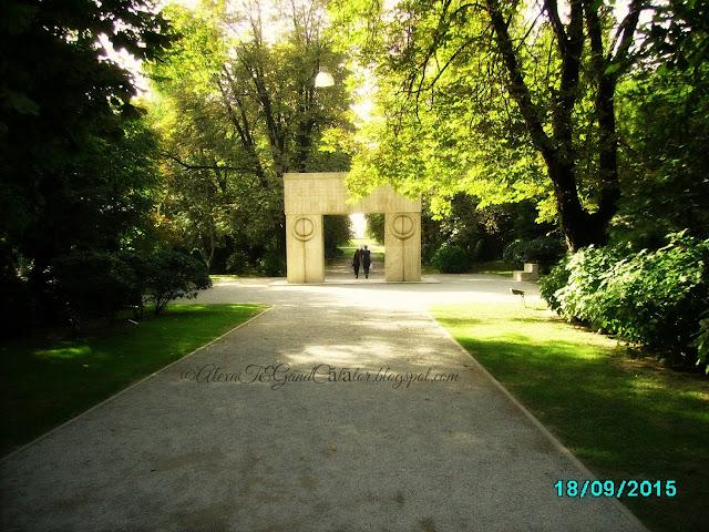 """Constantin Brâncuși - """"The Gate of the Kiss"""", Târgu Jiu. Constantin Brâncuși - """"Poarta Sarutului"""", Târgu Jiu."""
