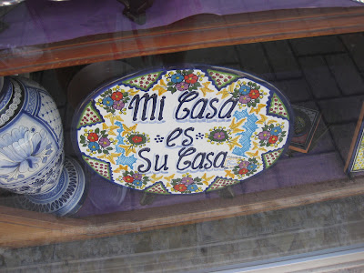 Mexican pottery that say mi casa su casa