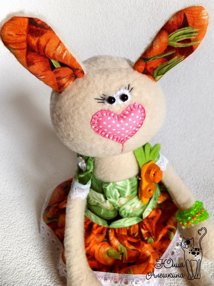 Забавная игрушка заяц