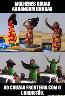 Fotografia dividida ao meio na horizontal, ambas partes são fotos triplas sequenciais. Parte superior: uma mulher em pé com os braços para o alto na caçamba de uma camionete preta, retirando a burka preta sobre uma túnica vermelha com estampas circulares em amarelo e azul; já com o braço direito e cabelos ao vento sem a burka; totalmente sem a burka, fazendo sinal em V de paz e amor com a mão direita, cabelos ao vento e um largo sorriso. Parte inferior: uma mulher em pé, de costas,em meio a um grupo de pessoas e crianças na caçamba de uma camionete branca, retirando a burka preta sobre túnica verde estampada com bolinhas pretas; de frente,mostra sorridente a burka preta à frente do corpo e mantendo o lenço amarrado na cabeça; com os braços ao alto e o lenço na cabeça, sem a burka e sorridente. No topo, escrito sobre uma tarja preta e em letras maiúsculas brancas, lê-se: Mulheres Sírias arrancam burkas; e no rodapé: Ao cruzar fronteira com o Curdistão.