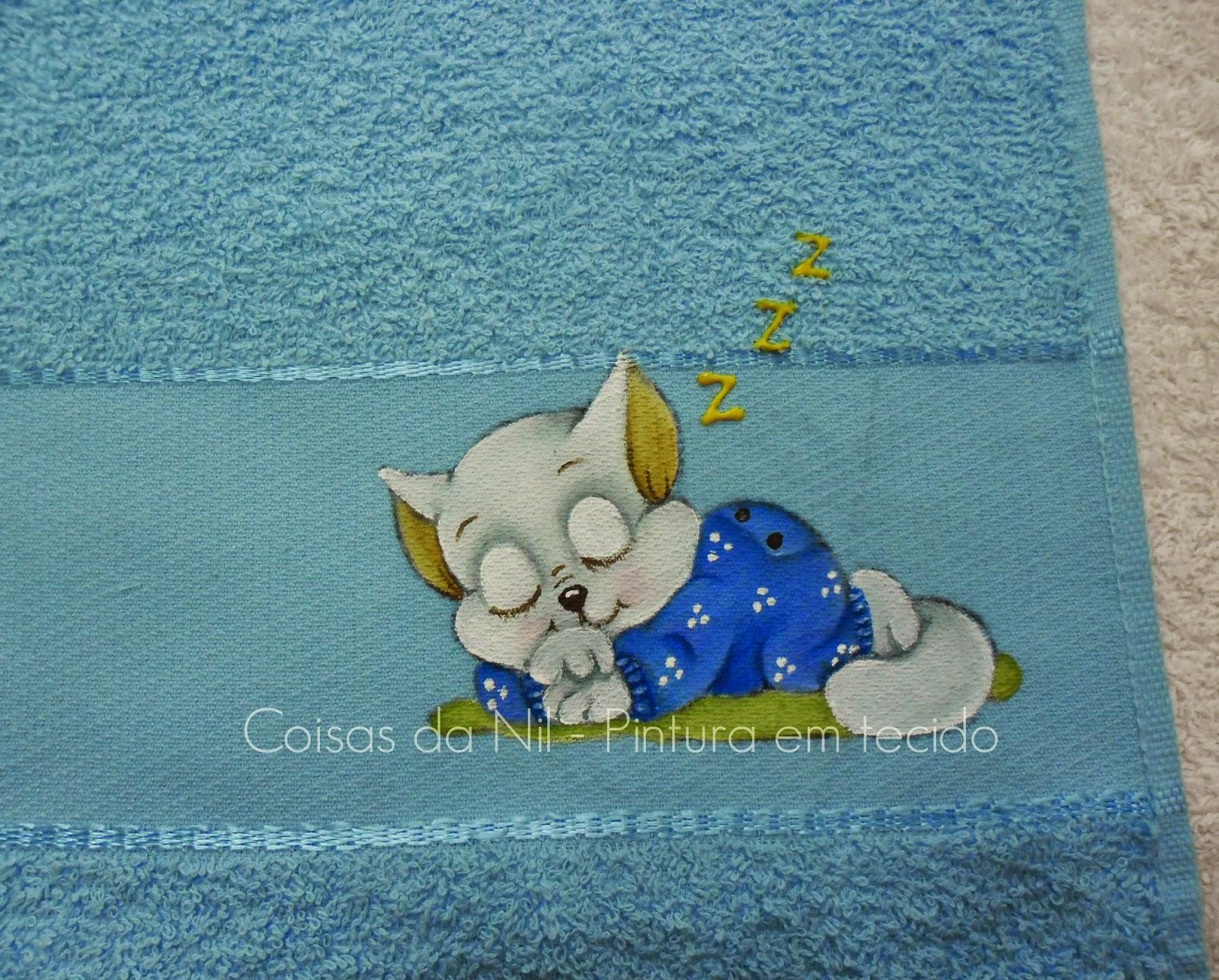 toalha infantil com pintura de gato dormindo de pijama