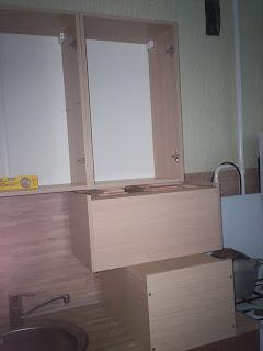 разметка отверстий для крепления верхних шкафов