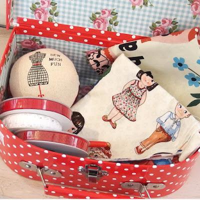 http://www.sweetsixteencraftstore.com/tienda-online/1042-maletin-rojo-con-topitos-costura.html