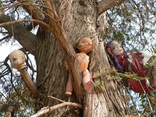 فيلم رعب على أرض الواقع ، في جزيرة الدمي المشوهه .   Island-of-dolls-2%5B2%5D
