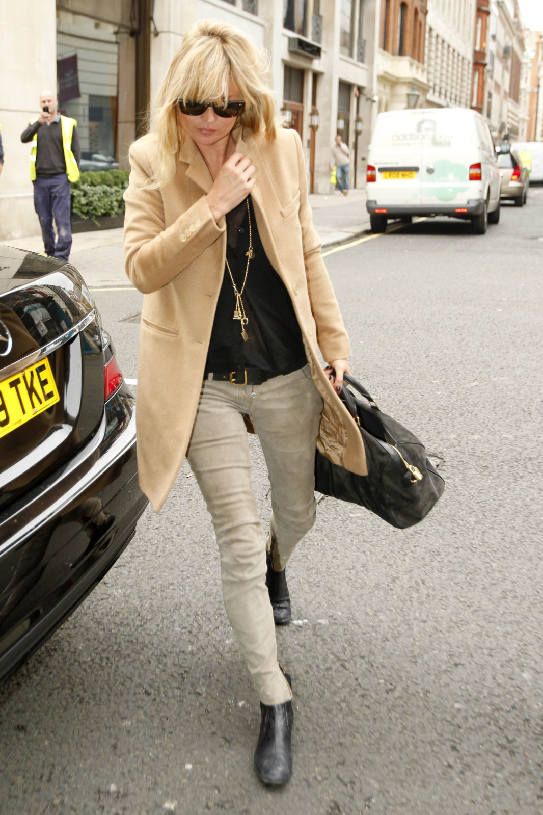 http://2.bp.blogspot.com/-AjdmXCA0kls/UFDR-uhWgcI/AAAAAAAAB0c/MZOAyUMAE3w/s1600/kate+moss_camel+trench+coat_skinny+jeans_gold+necklace.jpg