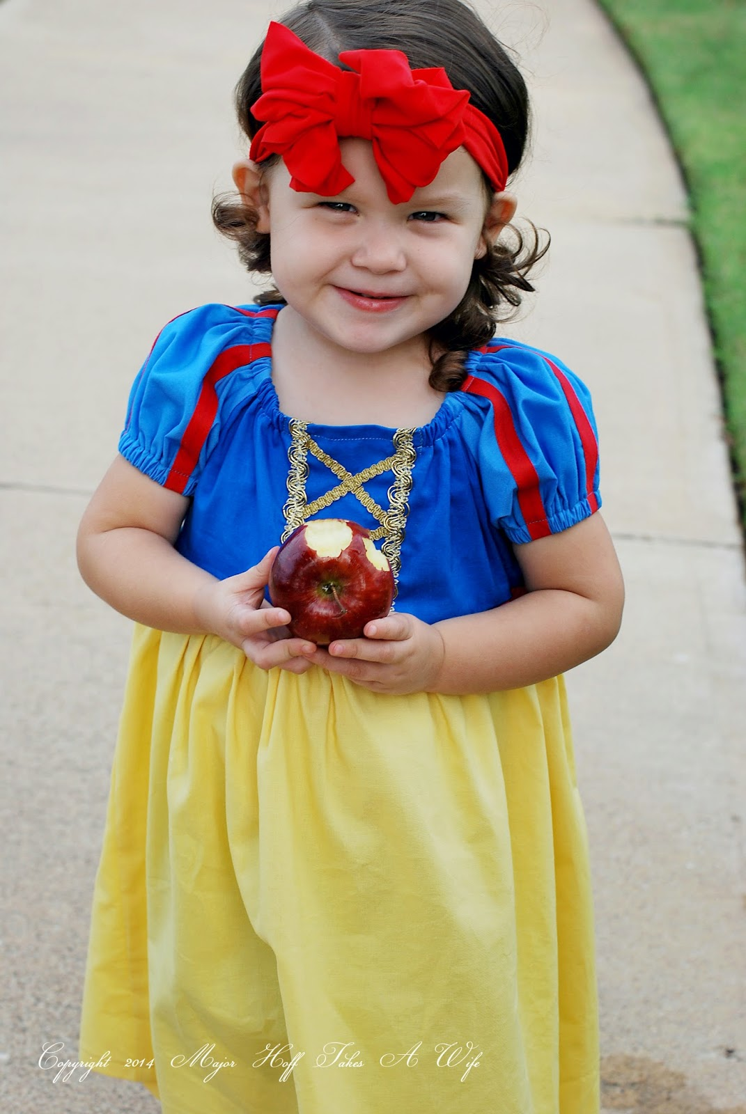 Snow white eats apple