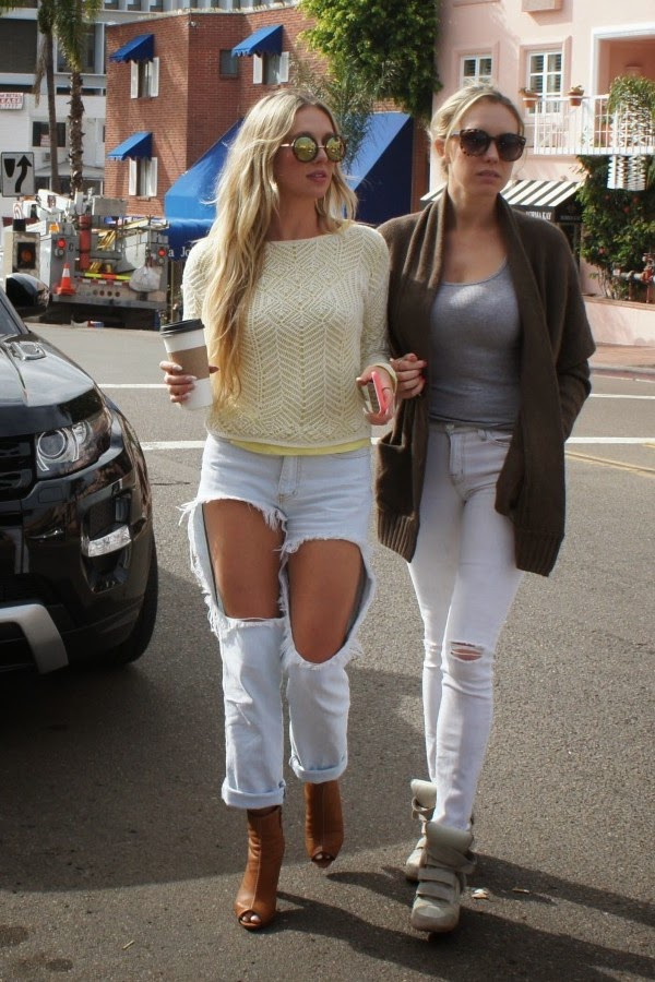 Jeans excessivamente rasgados