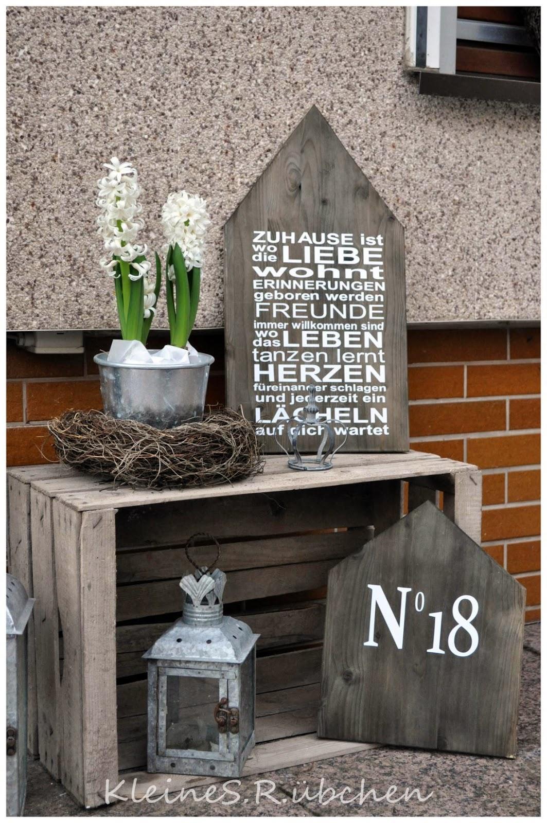 kleines die zeit verwittertes holz und ein magnolienzweig. Black Bedroom Furniture Sets. Home Design Ideas