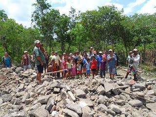 Moradores Entre os Escombros de Uma das Casas Destruídas