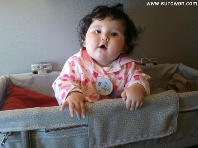 Sonia jugando en la cuna del avión