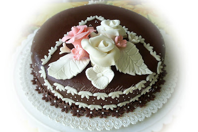 Torta di nocciola ricoperta di pasta di zucchero al cioccolato