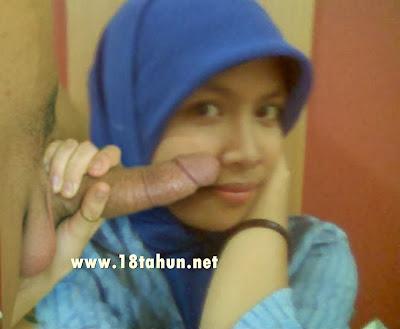 Jilbab Nyepong Kontol Cewek Bugil