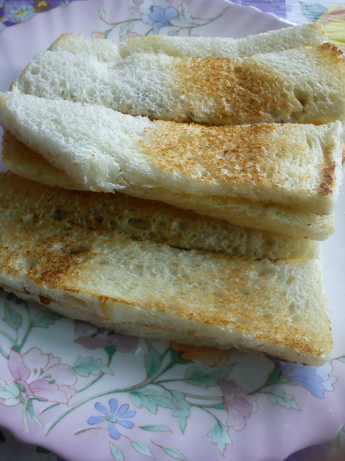 ... roti bakar dengan nescafe sorang satu mug roti tu bakar atas pan yang