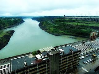 Prédio de Controle Central da Usina Hidrelétrica de Itaipu e Rio Paraná.