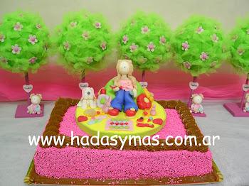 Adorno de torta.. Nenita con perrita y muuuchos accesorios.. carteras, pinturas, perfumes y mas..