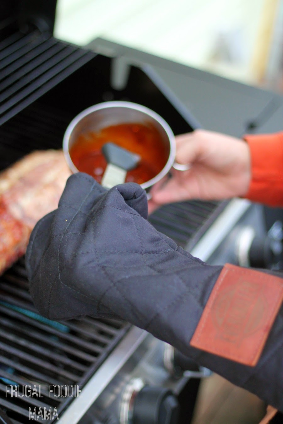 Evergriller Grill 'N' Flip Mitt is specifically designed to not only be fire resistant, but to also protect grillers' hands from the cold of the winter grilling season. #Evergriller #sponsored