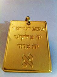 Dije Shemá alef bronce con baño de oro de 24K 4x3 ctms.