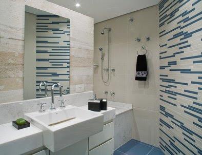 banheiro branco com detalhes azuis