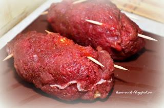 Завитки из говядины с томатом, сыром и салатными листьями