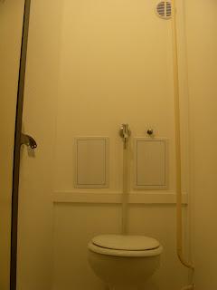 Újpesti panellakás WC hátulja felújítás után.