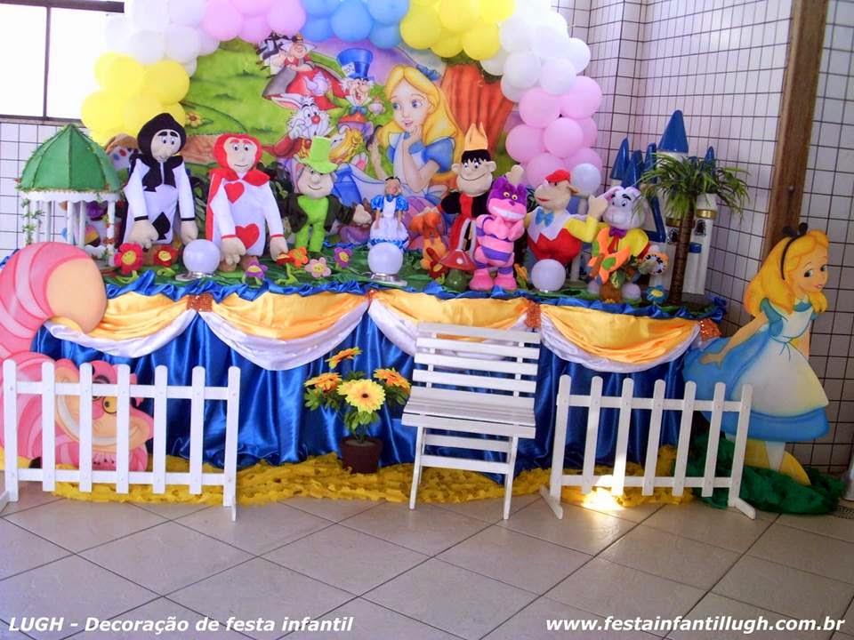 mesa decorada com tema  Alice no País das Maravilhas para aniversário infantil