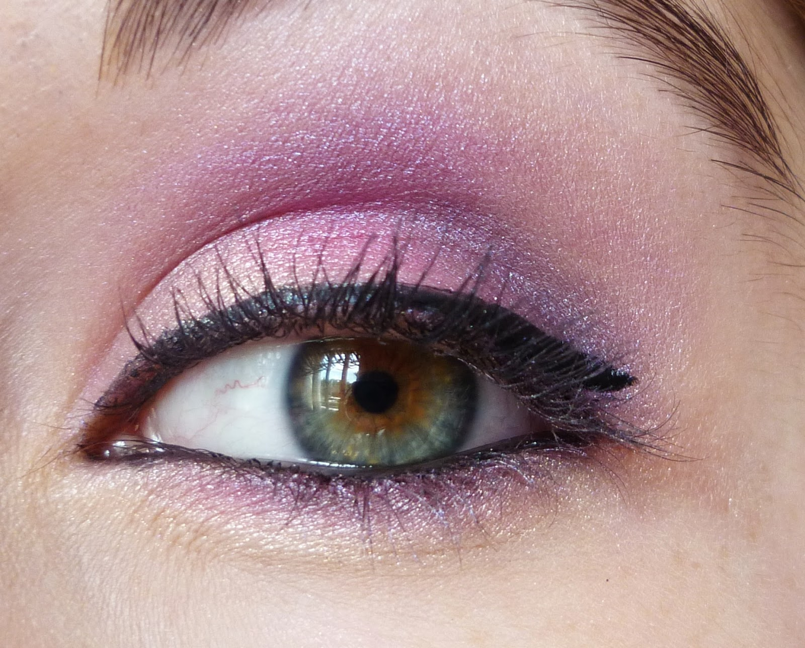 Enfin, la deuxième photo est celle qui est la plus réaliste. Si jamais vous  avez envie de rose flashy vous pouvez retrouver les étapes du maquillage en  bas!