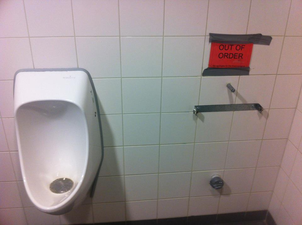 Imagenes De Baño Fuera De Servicio: fuera de servicio pero literalmente el urinario está fuera del