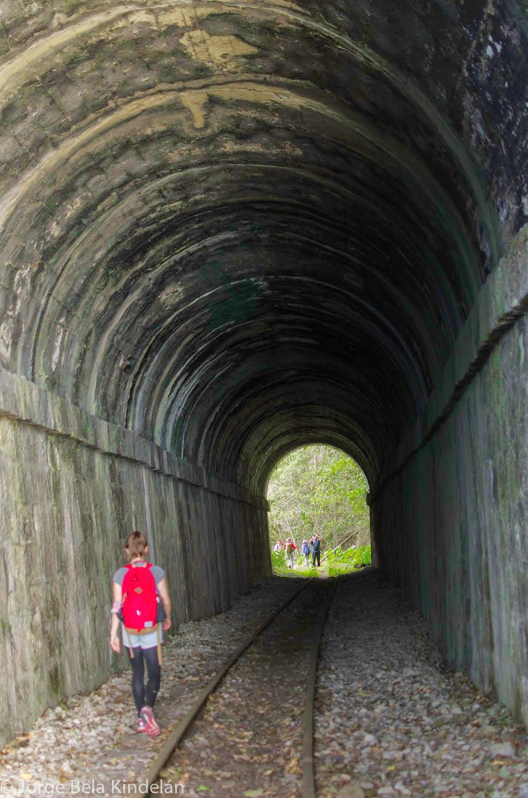 El balasto es aún apreciable en este túnel del tren Bogotá-Honda. Foto: Jorge Bela