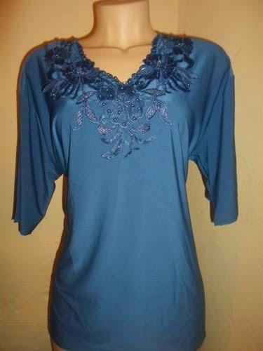 blusa azul marinho decote V bordada no busto