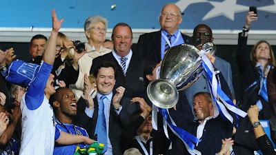 Bos Chelsea mengangkat piala juara Liga Champions