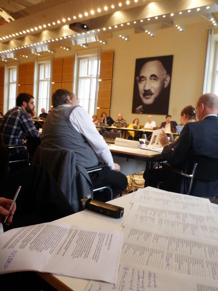 Sitzungssaal, Subjektive vom Dolmetschertisch mit Vokabelliste und Mikro. Gleich geht's los ...