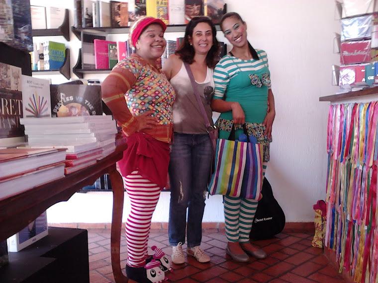 Professora Cláudia Turra visita grupo de contadores de histórias na livraria Le Parole, em Cpo Gde