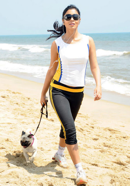 HOT AND SPICY IMAGES: Shriya Saran Walk in Beach in Tight ...