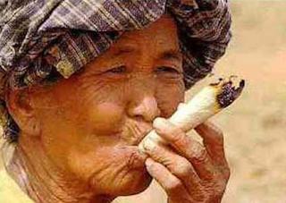 najsmesnije slike, baba puši dzoint