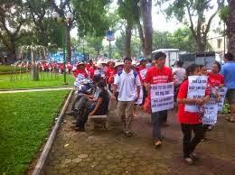 """Quanh cảnh biểu tình tự phát của """"dân chủ rởm"""" quanh hồ Gươm ở Việt Nam"""