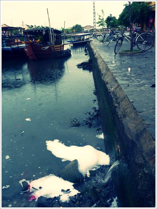 世界遺産の街の川にも生活排水
