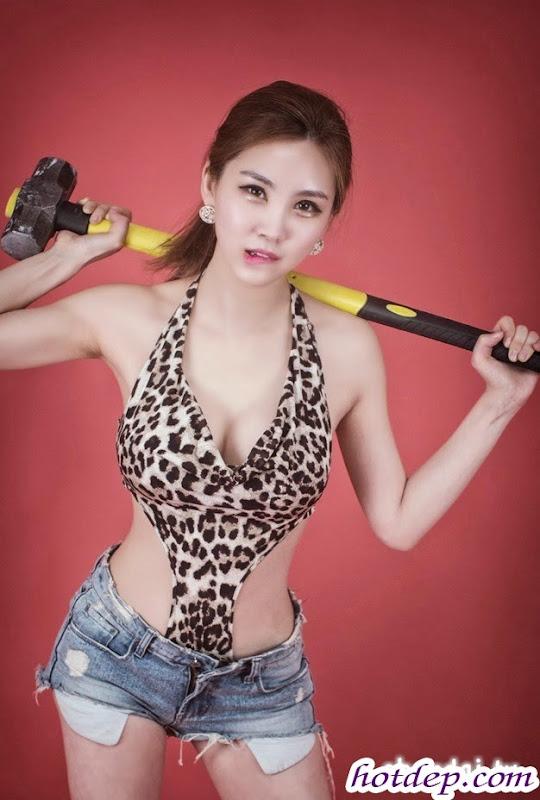 Girl Xinh Eo Thon Mặc Áo Da Style Cầm Búa