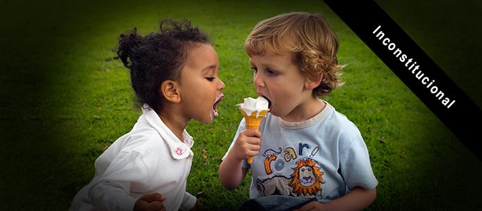 """Crianças a """"partilhar"""" um gelado"""