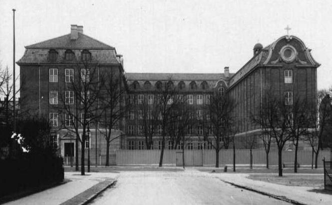 أسلحة صنعت الحدث - صفحة 6 CARTHAGE+Institut_Jeanne_d%2527Arc_1924_by_Stender
