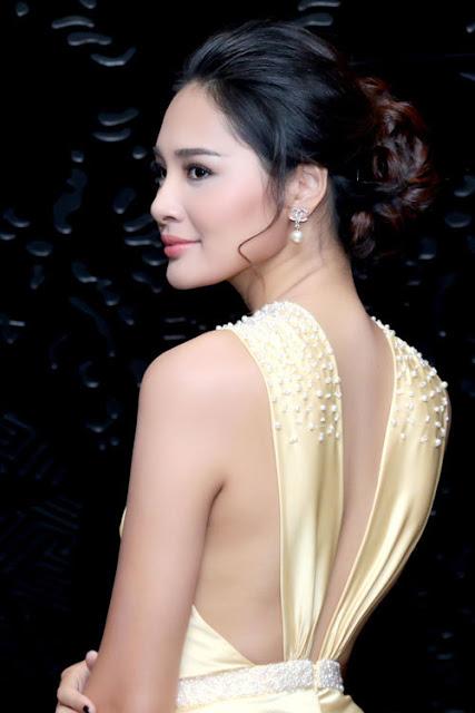 Phần lưng được cắt xẻ giúp hoa hậu khoe vẻ gợi cảm.