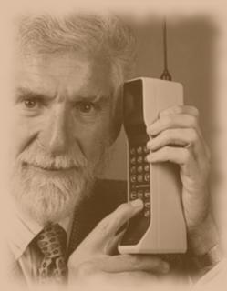 El inventor del teléfono móvil posando con un celular