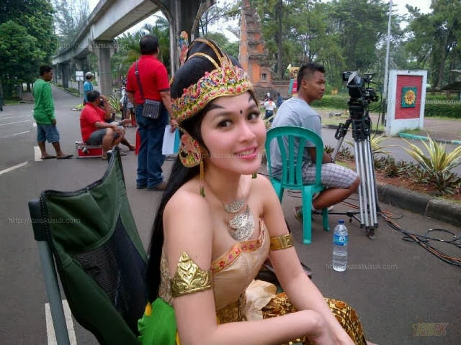 hot indonesian actress sandra dewi 03