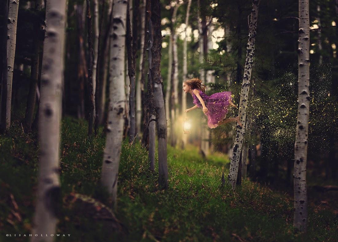 photo de Lisa Holloway représentant une jeune fille en robe violette volant dans une forêt