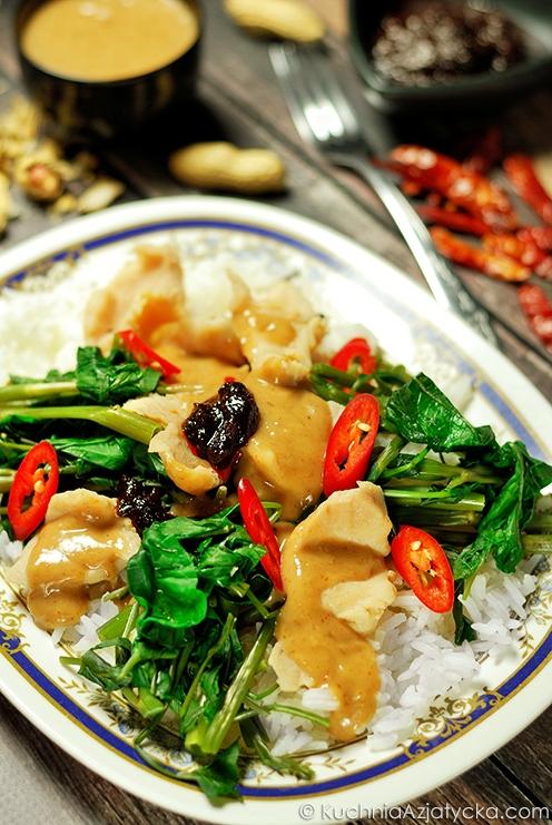 Ryż z kurczakiem, szpinakiem wodnym i sosem satay © KuchniaAzjatycka.com