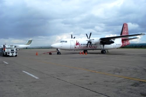 Pesawat Trans Nusa di Bandara El Tari