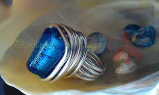 Anillo aluminio plateado y cubo cristal soplado azul