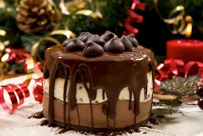 Delicioso pastel de chocolate en la cena de Navidad