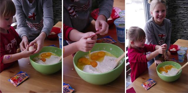 dzieci robią ciasto jogurtowe
