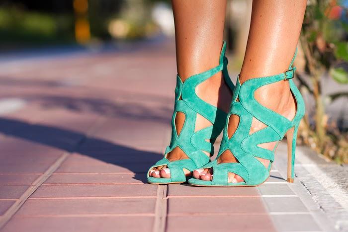 Sandalias abotinadas de ante verde de Zara