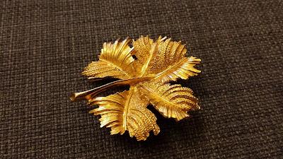 piękna stara złota broszka liść w stylu vintage